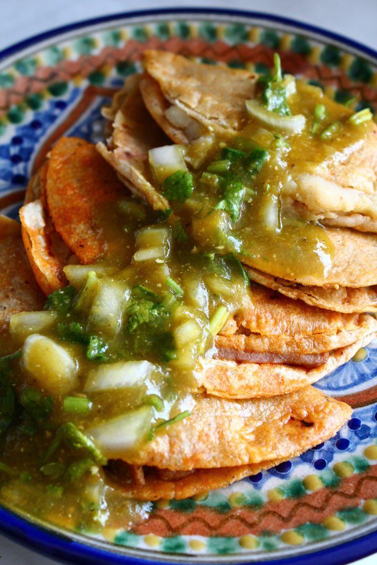Taco de canasta de papa, chicharron, frijoles, etc. Mexico.