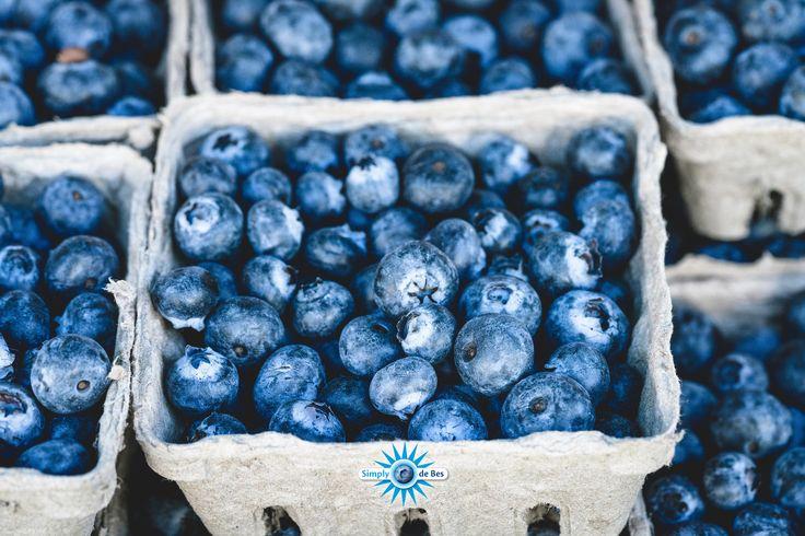 Blauwe bessen zitten boordevol met antioxidanten, dit zijn stoffen die het lichaam helpen om vrije radicalen te neutraliseren. Eén van de antioxidanten in blauwe bessen is Anthocyaan. Deze stof zorgt niet alleen voor de diepblauwe kleur van de bes, maar is ook een extreem sterke antioxidant die zorgt voor een betere circulatie van het bloed, diabetes tegengaat en vasculaire aandoeningen aan de ogen tegengaat.