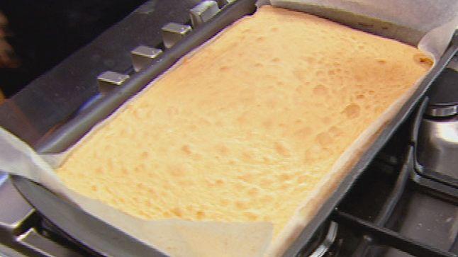 Gâteau éponge de base   MasterChef Australie Saison 3   CASA5 jaunes d'œufs 110 g de sucre en poudre 3 blancs d'œuf 1 pincée de sel 40 g de farine tout usage 20 g de farine de maïs 40 g de beurre fondu et refroidi Huile végétale en vaporisateur