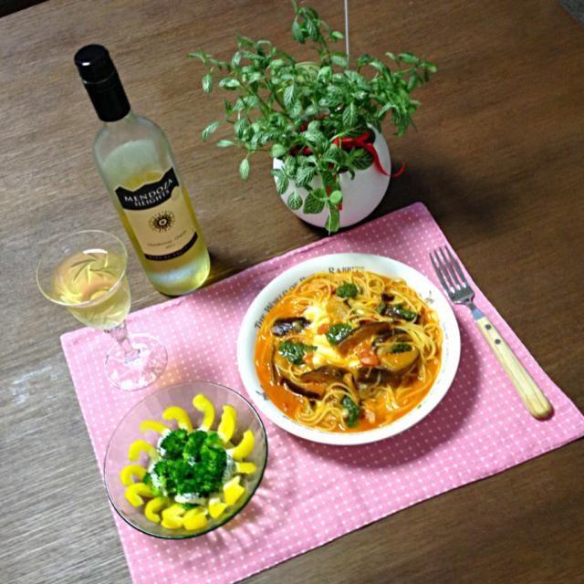 モッツァレラチーズ、とろっと溶けてるところとモチモチのところがあって食感が楽しいよ。 o(^▽^)o - 20件のもぐもぐ - モッツァレラチーズと茄子のトマトスパゲティ、パプリカとブロッコリーのサラダ、白ワイン by pentarou