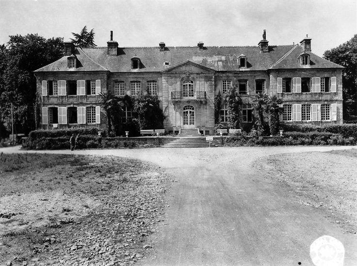 Négreville à 7 km à l'ouest de Valognes dans le Cotentin. Deux Gi's devant le château de Pont-Rilly dont la toiture est rafistolée avec des tôles ondulées, devant le perron un panneau illisible. Le 19 juin 1944, les Troops A et C du 4th Cavalry Recon.Squadron (Lt Col. Edward C. Dunn) du VII US Corps démarrent de Néhou en direction de Négreville, les Américains rencontrent peu de résistance et dans l'après-midi Négreville est libéré.