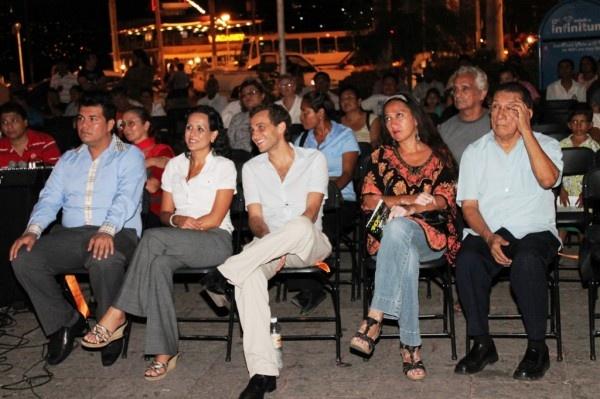 ACAPULCO / 5 de marzo.  DGCS *La presidenta del patronato DIF, Claudia Walton Álvarez cortó el listón inaugural de la muestra de cine judío en Acapulco, evento que tuvo lugar la tarde de hoy en el Zócalo de esta ciudad.