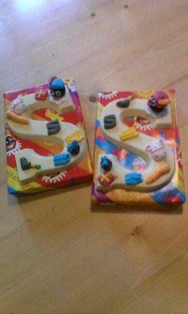 Chocoladeletters versieren met fondant. De kids vinden het geweldig om te doen.