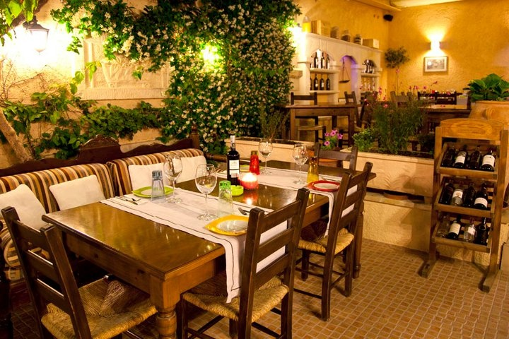 Alana Restaurant waiting tables...http://blog.alana-restaurant.gr/