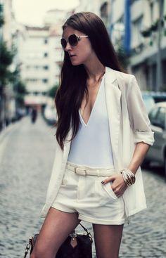 O branco deixa a produção com blazer super fresh, e para ficar com mais leveza podemos substituir a tradicional camiseta branca básica por um body que é bem a cara de dias mais quentes e tem passe livre na praia e no asfalto.