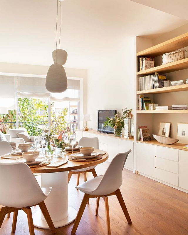 Color blanco, maderas claras, muebles a medida y una distribución ingeniosa... ¿Resultado? Un piso de 80 metros más amplio y cómodo. Un proyecto de @viveestudio que puedes ver en elmueble.com (link en la bio)