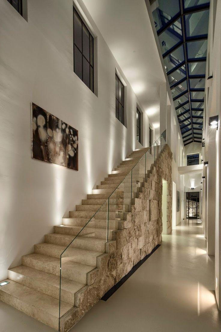 Diseño de Interiores & Arquitectura: Impresionante Casa en Bel Air, Revestida con Piedra de Travertino + [Video]