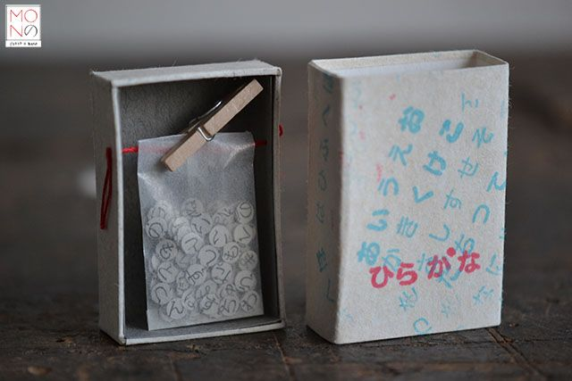 ...Hiragana...Un collage, un assemblaggio di frammenti custoditi in una scatola di fiammiferi.
