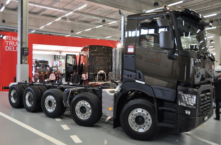Renault recently renewed the complete truckprogram. The most interesting unit at the stand was this Kerax predecessor, the C-series. This model is called C520 (because it has 520 Hp) and was displayed in the special swiss version with 5 axles.   Ditzj.de - Transport.CH 2013 - 3