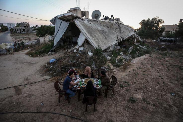 Ramadhan di Palestina  KIBLAT.NET Gaza  Ramadhan adalah bulan kemuliaan yang dinikmati seluruh umat Islam. Termasuk di Palestina yang masih berulang kali terjadi kekerasan oleh pasukan penjajah Israel. Namun para penduduk di dalamnya tak lantas larut dalam kesedihan. Di bulan Ramadhan kali ini (1438 H/2017 M) warga Palestina menyambutnya dengan suka cita dan kekhusyukan beribadah kepada Allah Taala.  Foto-foto di bawah ini diambil oleh wartawan Anadolu Agency yang menggambarkan bagaimana…