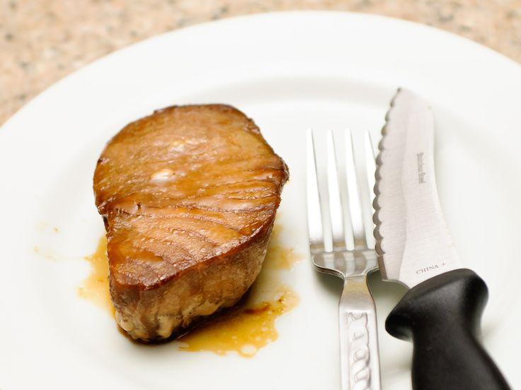 Le steak de thon est une large tranche de poisson que l'on cuit en saisissant l'extérieur afin que plus d'humidité soit gardée à l'intérieur. On fait généralement mariner ce poisson avant de le faire cuire, mais on peut aussi le badige...