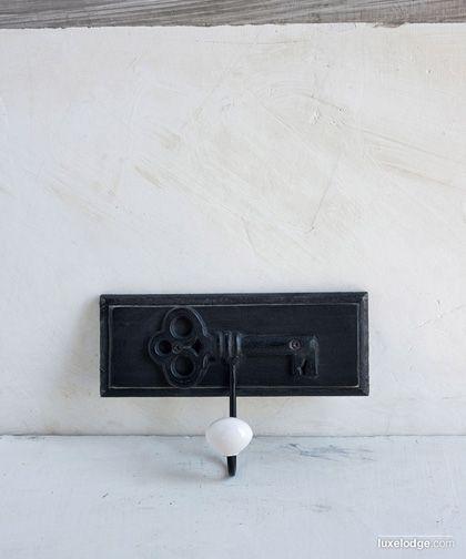 Appendiabiti singolo con motivo chiave e pomello in ceramica finitura nera