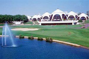 Emirates Golf Club i Dubai Media City, PAR 72/73G RUNDAD 1987/2006 DESIGN /NICK FALDO BLÅ TEE 6 896 M/6 916 M RÖD TEE 5 568 M/5 443 M HCP D36/H28  Klubben har två mästerskapsbanor samt en 9-håls bana.  The Majlis är en utmanande bana skulpterad runtom de höga sanddynerna. En vacker bana med inhemsk flora, kompletterat med slingrande fairways och sju sjöar.  Faldo-banan bär givetsvis Faldos kännetecknande tees och bunkrar, kombinerad med den naturliga terrängen skapar en unik…