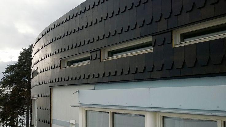Uusi Paanu verhous koristaa Sokos Hotel Bomban julkisivua.   New Paanu wood siding on top of the Sokos Hotel Bomba, Nurmes Finland