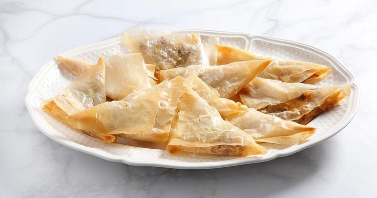 Un antipasto sfizioso che si prepara in pochi minuti: fagottini di pasta fillo con gorgonzola, pere e noci. Ecco una ricetta facile per aprire una cena tra amici o da gustare con l'aperitivo.