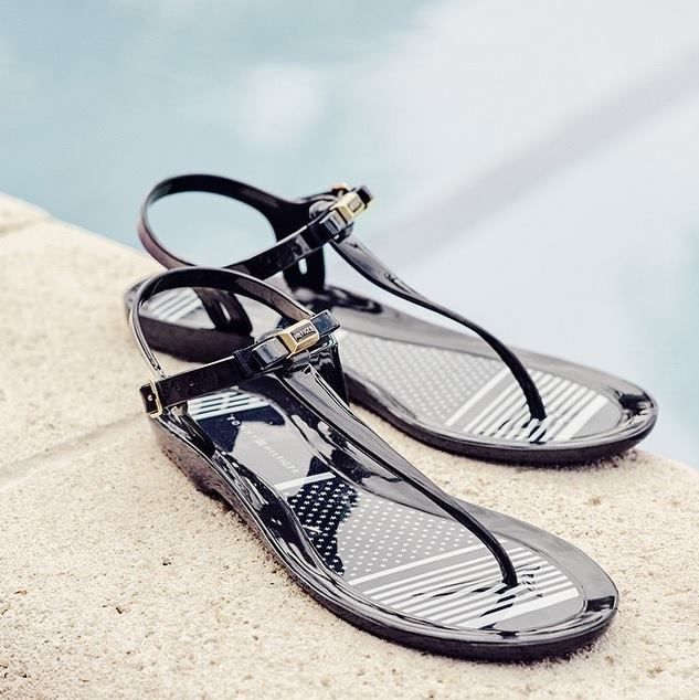 Idealne sandały na plażę i basen? Plastikowe sandały Tommy Hilfiger.