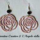 """Orecchini """"Rose"""" realizzate a mano in pizzo chiacchierino in cotone rosa e perla nera in vetro pressato cerata"""