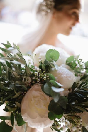 White Peony Bouquet   photography by http://www.leliascarfiotti.com