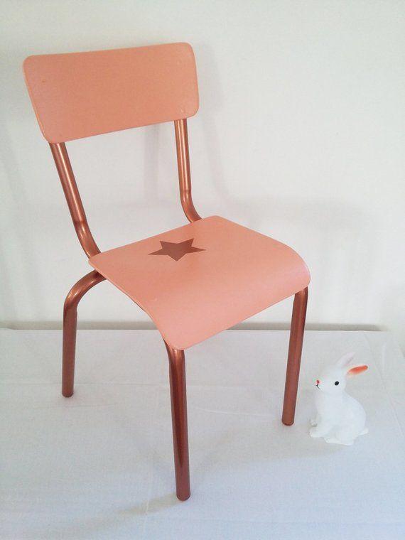 Jolie Chaise En Bois D Ecole Customisee Couleur Pantone 2019 Living Coral Motif Etoile Pieds Laiton Rose Petite Figurine La Chaise De Chambre Deco Recup Chaise