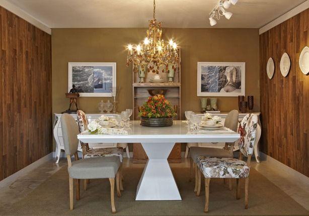 Sala de jantar com mesa quadrada
