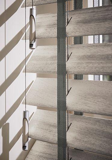 Met de zomer die voor de deur staat, is goede raamdecoratie een must have. Houten jaloezieën hebben een praktische functie, maar kunnen ook echt wat toevoegen aan uw interieur. De houtstructuur zorgt voor een natuurlijke en warme sfeer in huis. De nieuwe collectie houten jaloezieën van Luxaflex® zijn voorzien van verrassende designs en zijn perfect om het licht mee te filteren. Kijk maar eens!