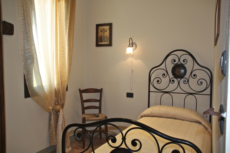 Antique iron bed in a single room at La Gaiana bed and breakfast