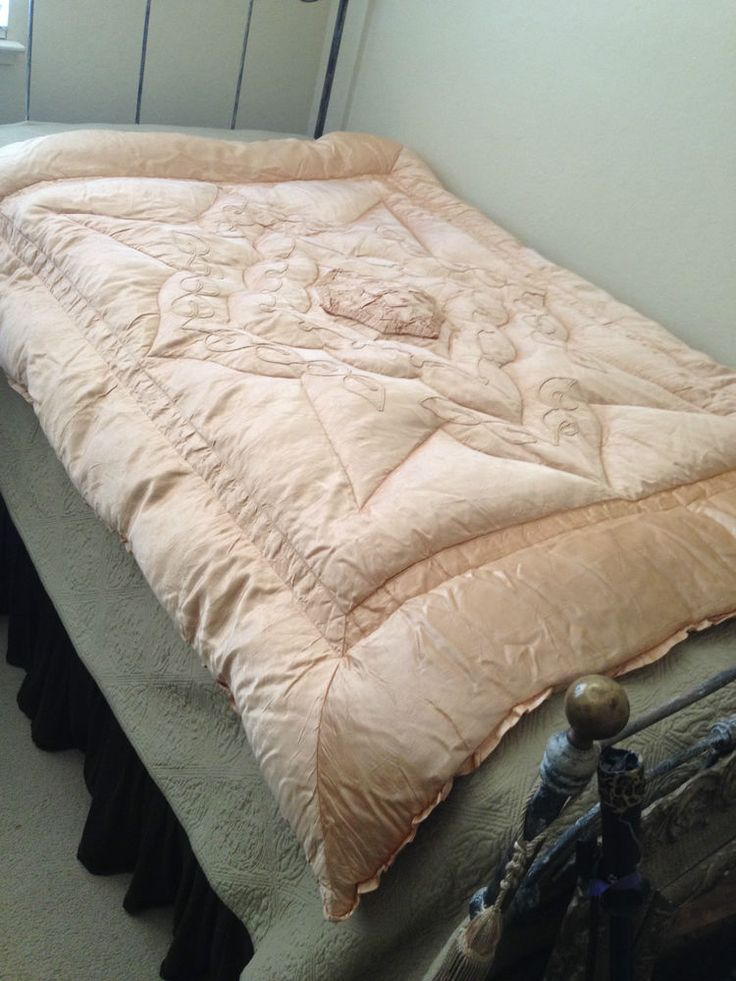 99 best My Vintage Satin Down comforters images on Pinterest ... : old fashioned quilted eiderdowns - Adamdwight.com