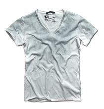 """Κοντομάνικο T-shirt σε άσπρο χρώμα, με λαιμόκοψη V, σε στενή γραμμή, από 100% βαμβάκι, με ειδικό φινίρισμα hand cold finish washed. Τι ιδιαίτερο έχει το Τ-shirt; Τη στάμπα """"spray"""" σε γκρίζα απόχρωση στο πάνω μέρος του Τ-shirt που σβήνει προς τα κάτω και ραφές στην ίδια απόχρωση με το χρώμα της μπλούζας. #Millenniumshop"""