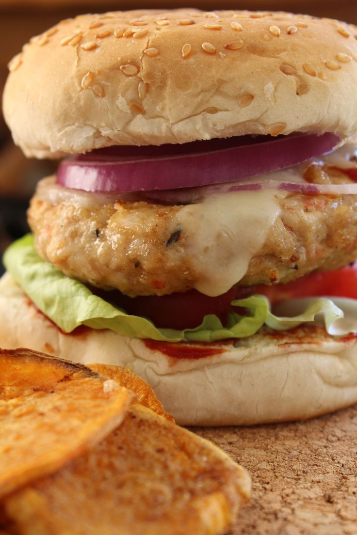 Burgers με σπιτική κέτσαπ και τσιπς γλυκοπατάτας!