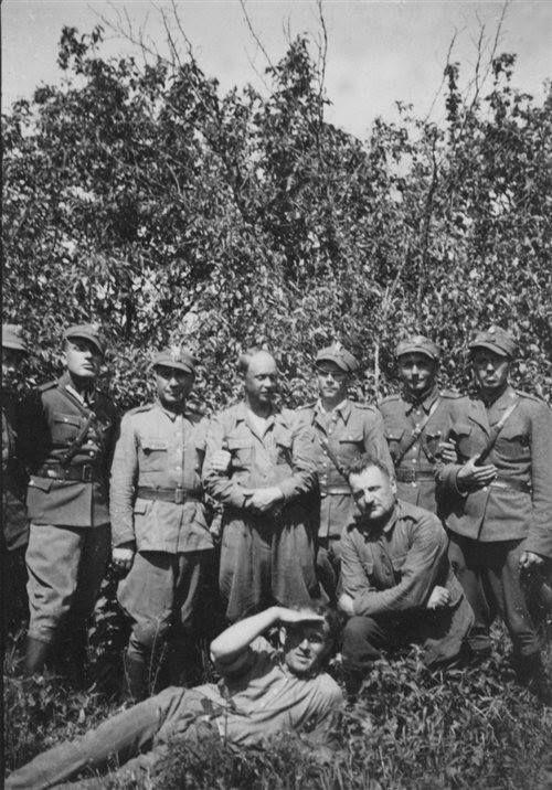 """10 maja 1945. Lasy Maleniska k. Leżajska. Od lewej: pchor. Skarbimir Socha """"Jaskółka"""" (zastępca por. Majki"""") i Ferdynand Romaniak """"Klon"""", po bitwie pod Kuryłówką."""