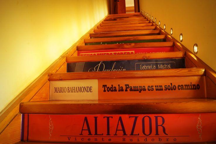 Un portal de libros durante 11 días dio la bienvenida a nuestra casa...y luego esta escalera los despidió pero invitándolos siempre a volver! #cultura con #EstacionAntofagasta #Chile