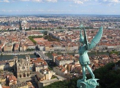 Dans son bilan sur les prix de l'immobilier à Lyon, la Fnaim classe le 6ème arrondissement comme étant le plus cher de la préfecture de la région Rhône-alpes. En bas du classement arrive le 5ème avec un prix moyen de 2.652€/m² http://www.partenaire-europeen.fr/Actualites-Conseils/Prix-de-l-immobilier/Prix-du-marche-de-l-immobilier-par-ville/Immobilier-a-Lyon-le-6eme-arrondissement-reste-le-plus-cher-20140405 #Lyon