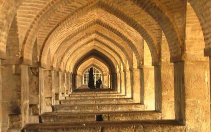 Isfahan.donne sotto un ponte