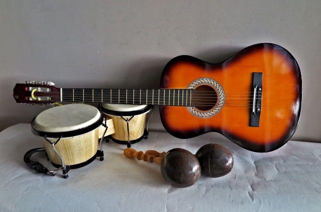 3-lot: Spaanse/klassieke gitaar set Bongo's en set Sambaballen - 2e helft 20e eeuw  Het lot bestaat uit:1 ) LaPaz Sunburst Spaanse gitaar - 98 cm hoog - buik 37 cm breed en 9 cm diep - compleet met 6 nylon snaren - fraai klankgatrozet - glansafwerking kast (geeft wat spiegeling op foto's) - geschikt als beginnersgitaar - zeer goede staat2) Set Bongo's - diameter 18 en 20 cm; hoogte 165 cm - hout en varkensblaas - in goede tot zeer goede weinig gebruikte staat - mooie klankEr is een…