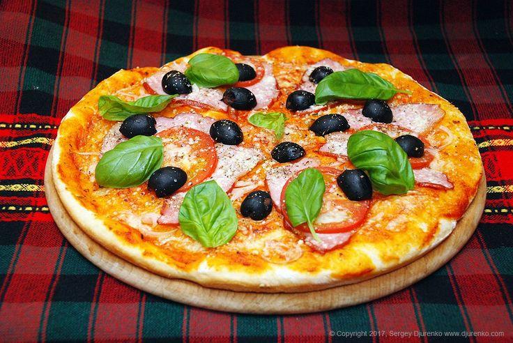 Пицца с мясом, спелым помидором, пармезаном и оливками - отличный обед