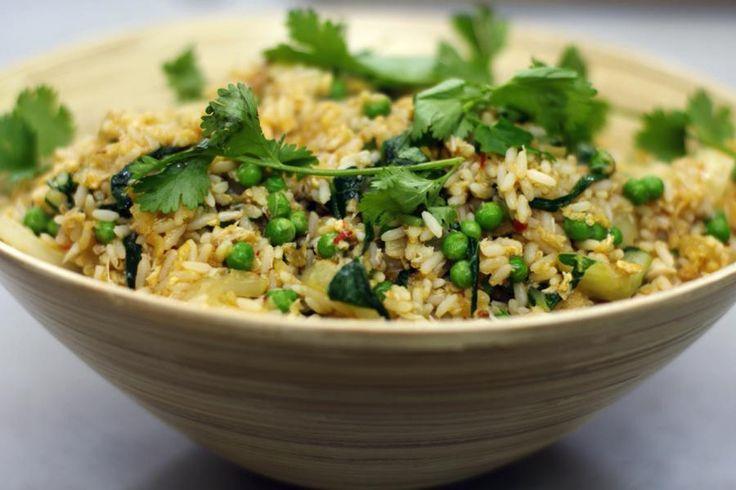 Nasi goreng wil zoveel zeggen als gekookte rijst die een bakbeurt krijgt. Met de smaken en ingrediënten die je er aan toevoegt kan je alle kanten uit. Jeroen bereidt zijn nasi goreng met (budgetvriendelijk) krabvlees. Haal voor deze bereiding geen luxe