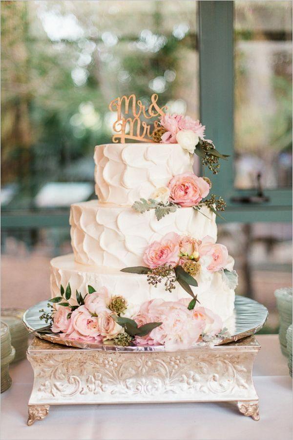 Dreistöckige Hochzeitstorte In Creme Mit Vielen Rosa