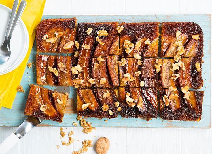 Banankake med karamellsaus som er lett å frakte og enda lettere å spise opp? Ja, takk! Banankake i langpanne redder både avslutninger og dugnader!