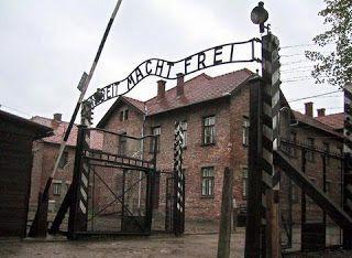 Εσφαξαν πρόβατο και αλυσοδέθηκαν γυμνοί μπροστά από την πύλη του στρατοπέδου συγκέντρωσης Άουσβιτς..