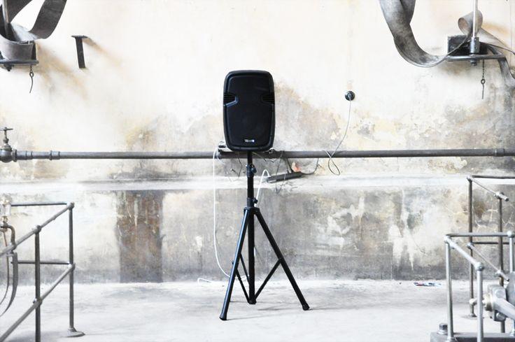 V Galerii Orlovna představuji svoji novou zvukovou instalaci.  Instalace se zabývá vztahy mezi umělci a veřejností a otevřeně mluví o touhách, problémech a potřebách dnešních umělců.  Přijď si poslechnout a podat ruku umění.  Kultura není něco navíc, kultura je to nejcennější co máme.  http://www.martinkocourek.com  http://www.galerie-orlovna.cz