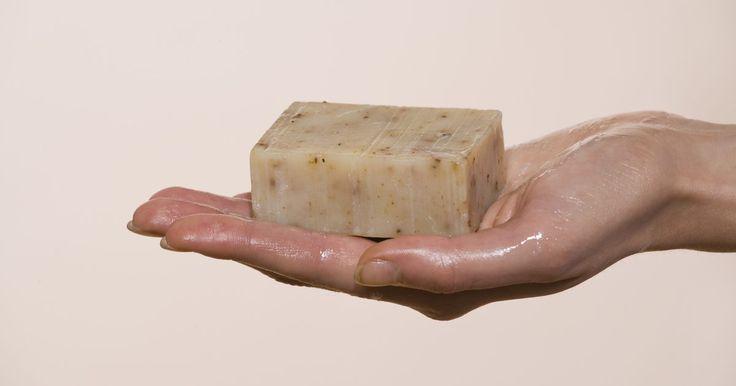 Receta para elaborar jabón de lejía en frío a la antigua. Este es el jabón de las abuelas. El jabón de lejía, procesado en frío y a la antigua es simple, natural y suave para tu piel. Además, puedes personalizarlo con los perfumes y colores que te gusten. El proceso para elaborar este jabón no es para gente delicada, requiere bastante trabajo manual y las barras de jabón deben curarse, o reposar, durante ...