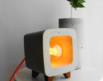 Lamp of cement - with built-in clock night light. They are the two things that we need every day. With its original and unique design you can decorate any corner of your home. Cables showy color attracts attention, makes it more special. Low voltage halogen lamp allows you to enjoy the beauty of the concrete.  The lamp surface is smooth. On the front you can see the texture of concrete. Each one is unique and different.  The felt protects the furniture.  Lamp E14 included 7w. Recommended…