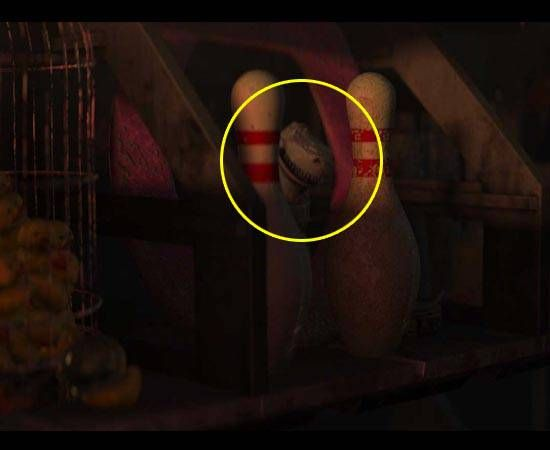 Cameo Rex - O Rex de Toy Story pode ser visto na casa de Wall-E (2008), atrás de alguns pinos de boliche na estante.