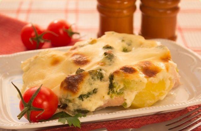 Aardappel-broccoli met kalkoen ovenschotel recept ngrediënten voor 6 personen:  600 g kalkoenfilet 1 kg aardappelen 400 g broccoli 100 g geraspte kaas  saus:  0.5 l melk 50 g boter 1 el bloem zout peper