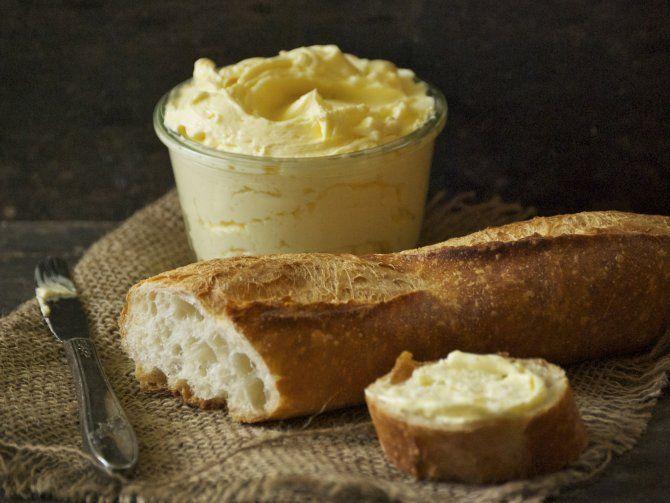 バターって簡単にできるってご存じですか?そう、生クリームを水分が出るまで撹拌するだけなんです。それでだけでも「美味しいバター」の出来上がりなんですが、発酵させると「もっと美味しいバター!」ができます♪しかも副産物の「バターミルク」が超使える!スープやパンケーキなどに利用大です。