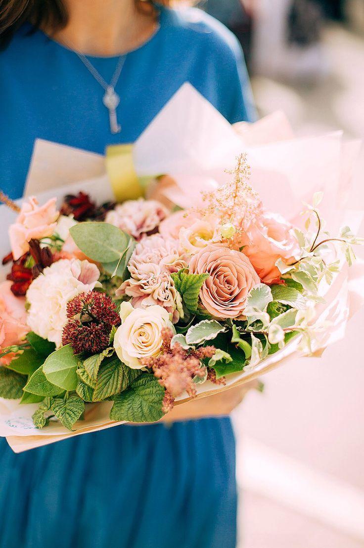 Cream bouquet: cappuccino roses, sedum, astilbe, Antigua dianthus, raspberry leaves. Сергиев посад