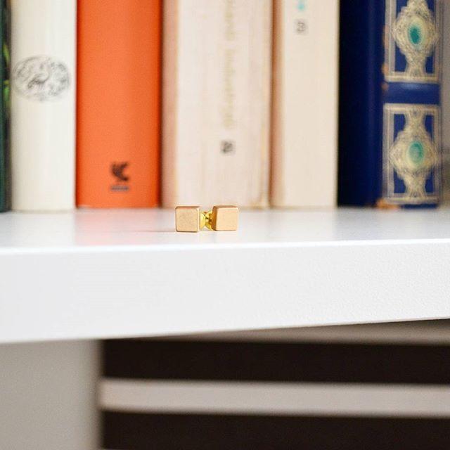 zpr Piccoli piccoli e minimal 👑 Orecchini da lobo in metallo color oro opaco 💖 Sono una delle novità #bijoux su #gratiocafeshop sezione GratioCafe Boutique---Bijoux 👈💖 #earrings #minimal #bijoux #ecommerce #shoppingonline #lifestyle #jewel #bracialets #bracialet #accessories #accessori #gioielli #jewellery  #gratiocafe