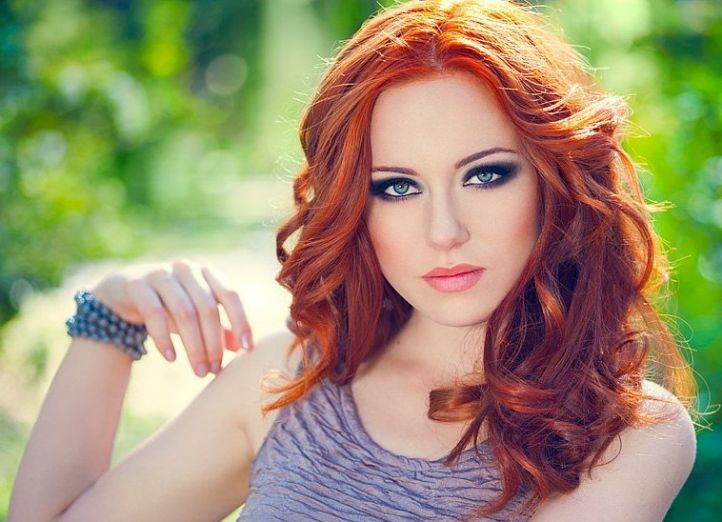 Makeup for redheads with blue eyes: smokey eye makeup for redheads