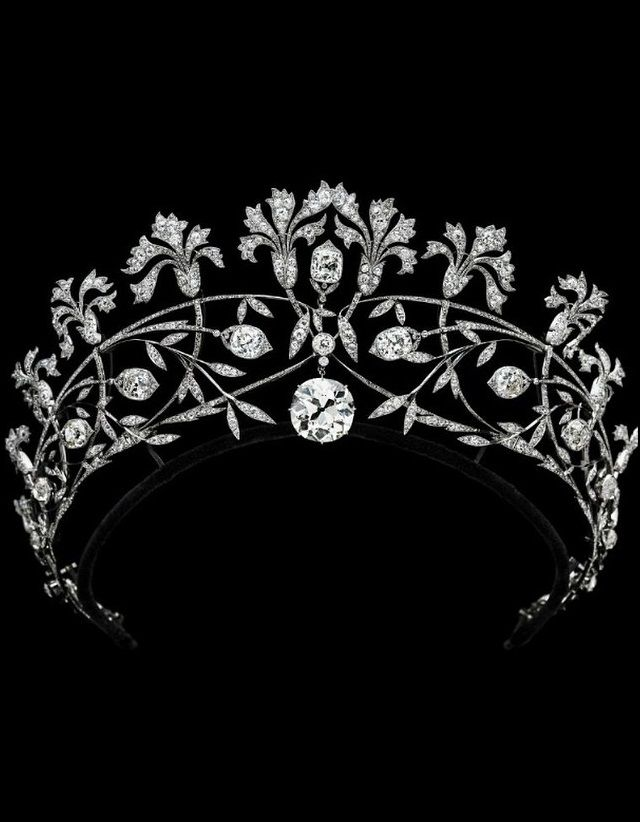 Joseph Chaumet - La Belle Epoque Diamond Tremblant Pinks Tiara, Circa 1905. Mounted in platinum, the 19.56ct. centre diamond detachable to form a pendant. #BelleÉpoque #Chaumet