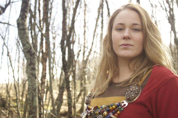 B1-B2. Viking, moderne viking. Artikkel, bilder og video. Ingrid GaladrielAune Nilsen (28) er viking-reenactor og en moderne vikinghøvding. Misbruk av bilder til nazi-propaganda (Foto: Kristin Evensen Giæver, NRK)